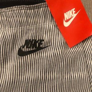 Nike Women's Leg-a-See printed tights NWT